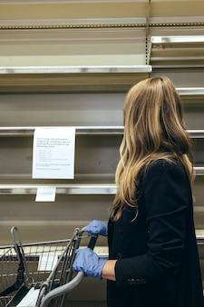 Пустые полки в супермаркете из-за паники covid-19