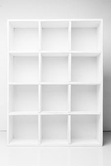 白い木製ラックの空の棚