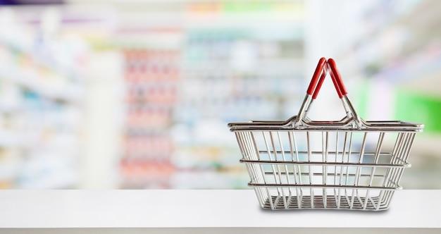 Пустая корзина для покупок на прилавке аптеки