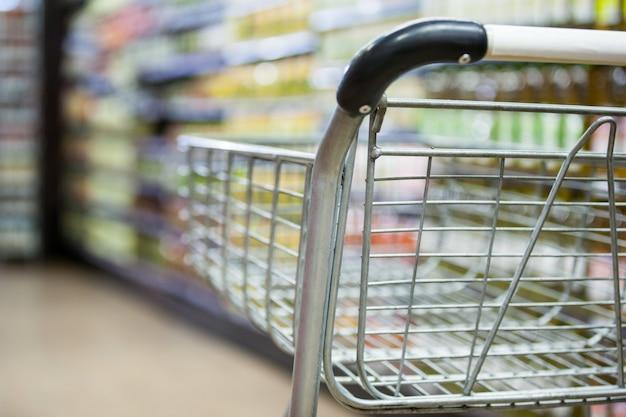 食料品セクションの空のショッピングカート