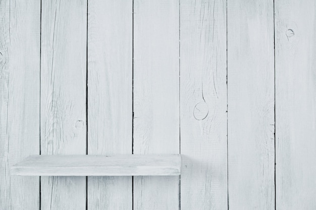 木から空の短い棚。木製の背景。