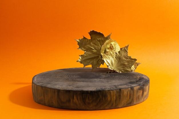 주황색에 황금색 단풍이 있는 나무 원형 연단의 빈 쇼케이스