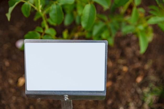 菜園の空の看板。価格またはテキスト挿入用のプレート。
