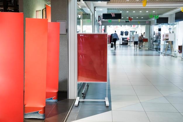 Пустой знак макет внутри торгового центра
