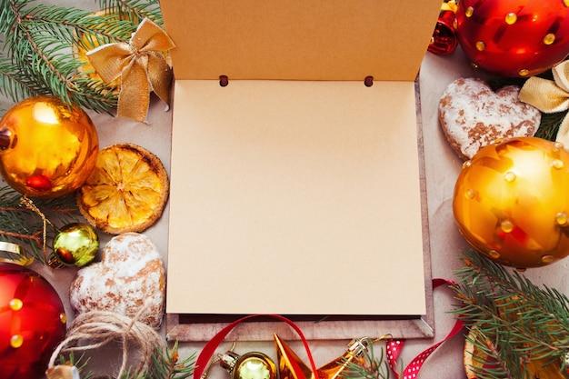 クリスマスの属性を持つ空のスケッチブック、