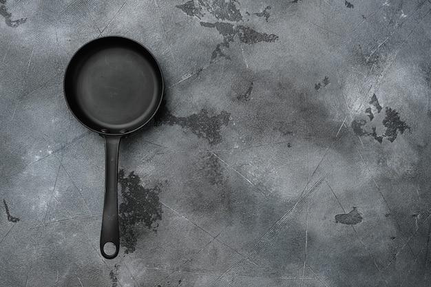 빈 프라이팬, 텍스트 복사 공간이 있는 프라이팬 또는 텍스트 또는 음식 복사 공간이 있는 음식, 위쪽 보기 플랫 레이, 회색 석재 테이블 배경