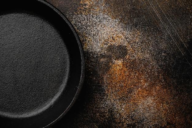 빈 프라이팬, 텍스트 또는 음식을 위한 복사 공간이 있는 프라이팬 세트, 오래된 어두운 소박한 테이블 배경 위에 있는 평면도