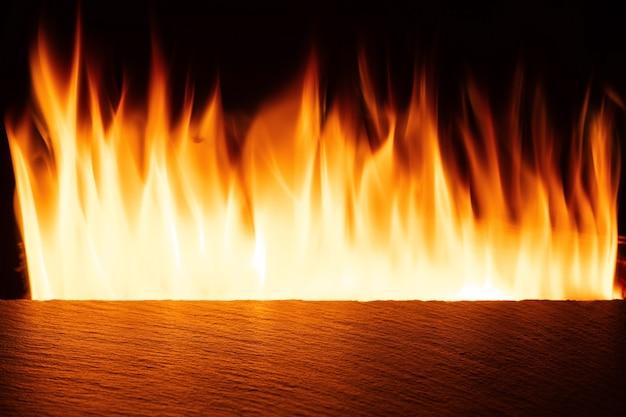 オレンジ色の火と空のスレートテーブルトップ