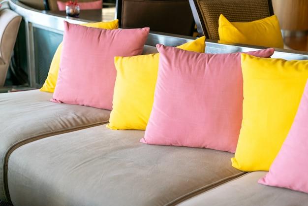 Пустой диван и кресло с подушками