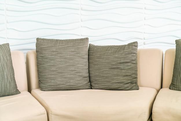 ホテルのロビーに枕と空のソファ