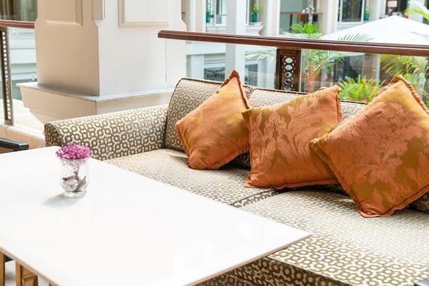 Пустой диван с подушками