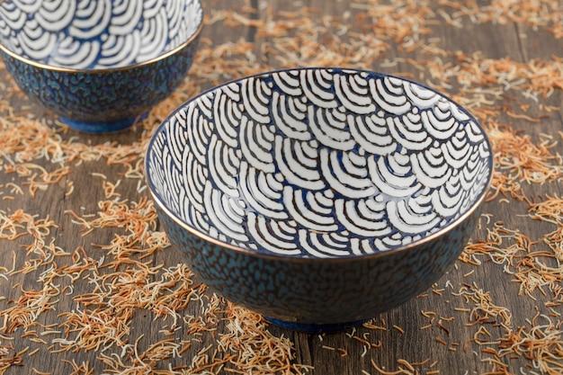 Пустая суповая тарелка на деревянной поверхности