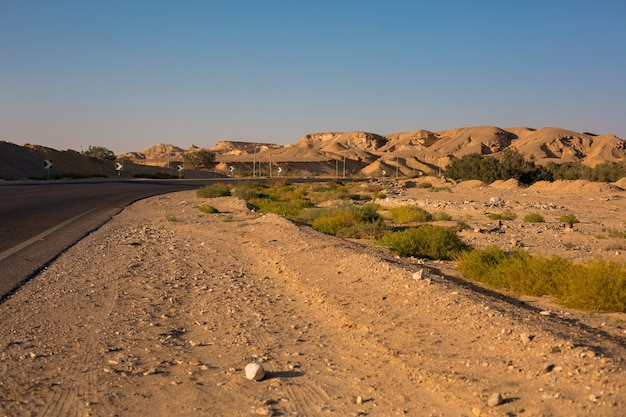돌, 야생 자연 풍경이 있는 빈 사우스 시나이 사막 도로