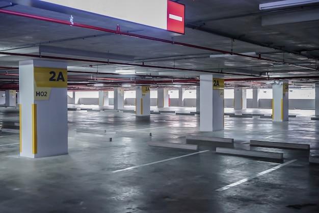 午後の時間に建物内の空のスペース駐車場