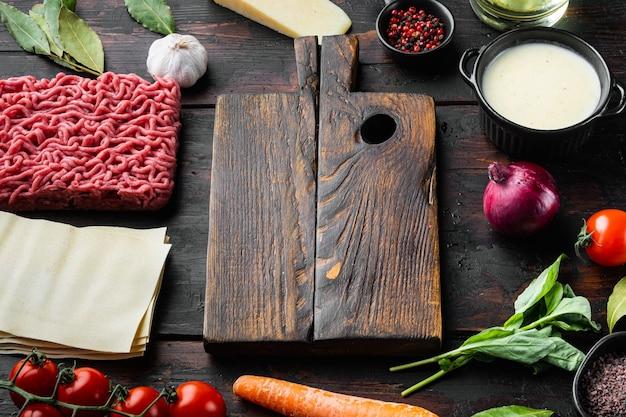 빈 공간 깨끗한 커팅 보드는 라자냐 요리의 개념을 설정합니다.