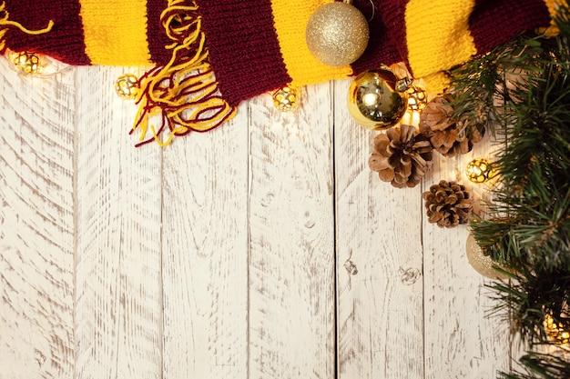 テキスト用の空のスペース。クリスマスボール、ライト付きの花輪、赤褐色のスカーフ。