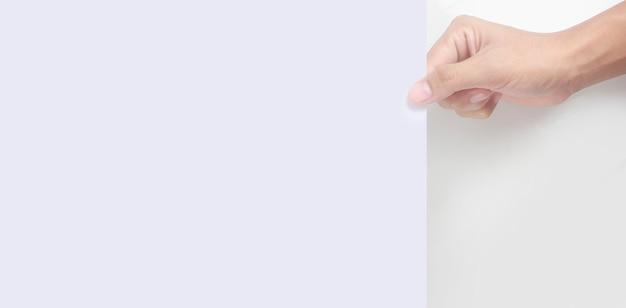 Пустое пространство для текста. рука держит белый чистый лист бумаги