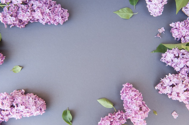 라일락 꽃의 무리와 함께 빈 공간 회색 가로 배경