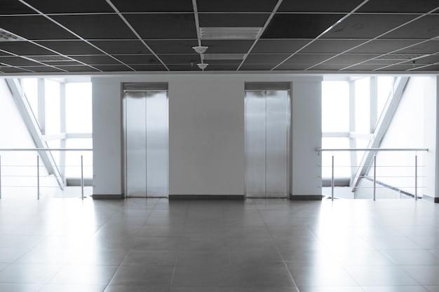 モダンなオフィスビルの空の広々とした廊下