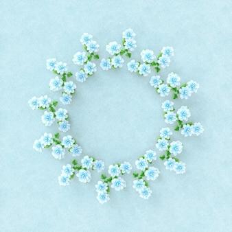 空の春の花のフレーム。フラットレイ。上面図。万華鏡のパターン。