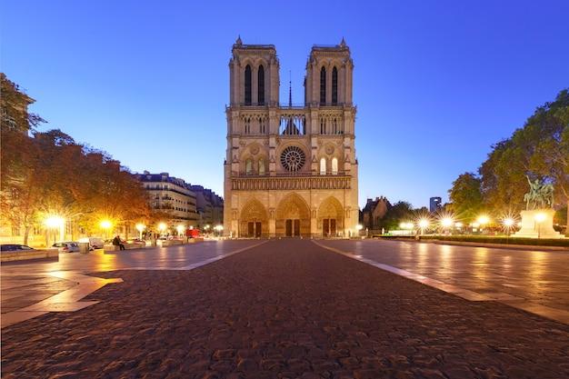 空の広場と朝のノートルダム大聖堂、パリ、フランス