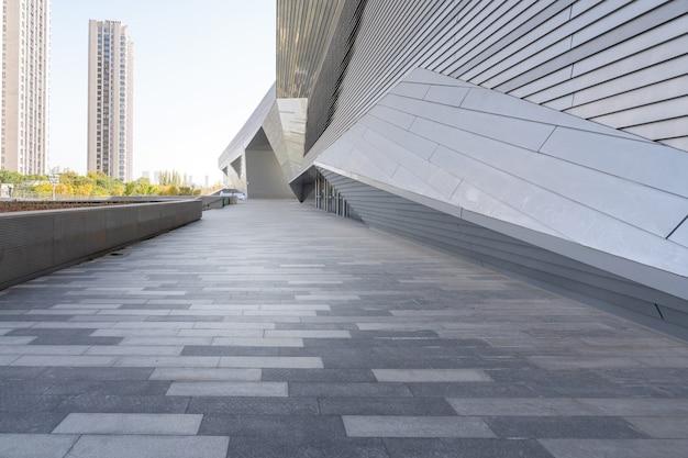 빈 광장 바닥과 중국의 타이 위안 산시 성 현대 건축