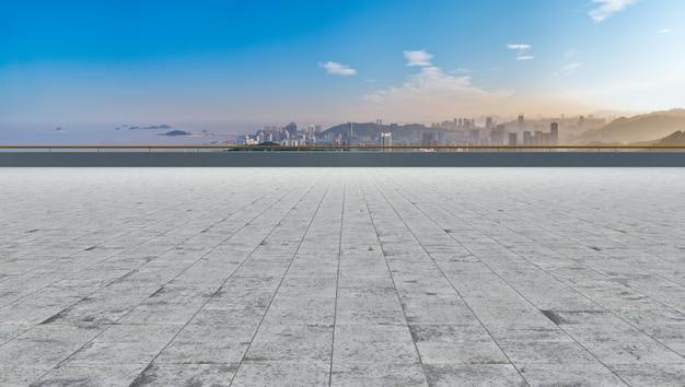 空の正方形の地面と都市の建物の背景