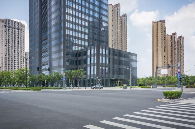 都市商業ビルの前の空の広場