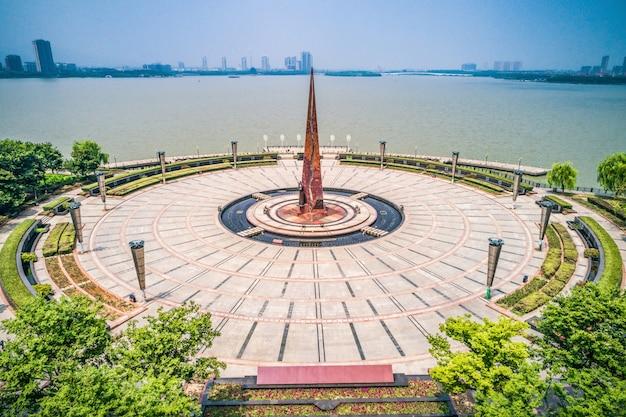 Vuoto piazza e lago nel parco della città