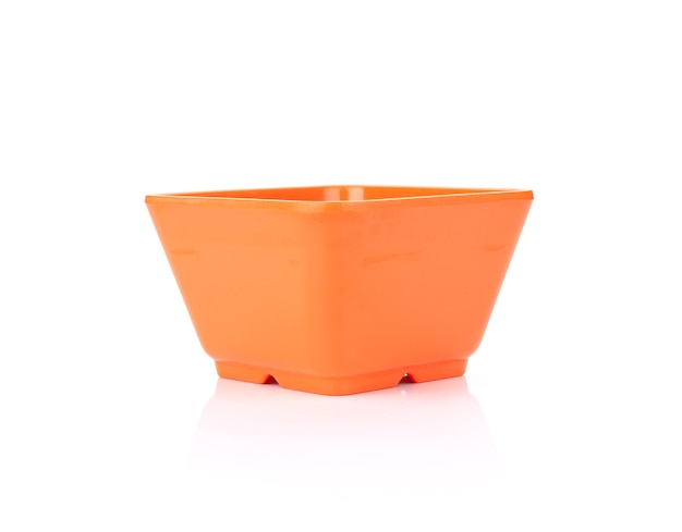 白で隔離空の正方形のオレンジ色のボウル