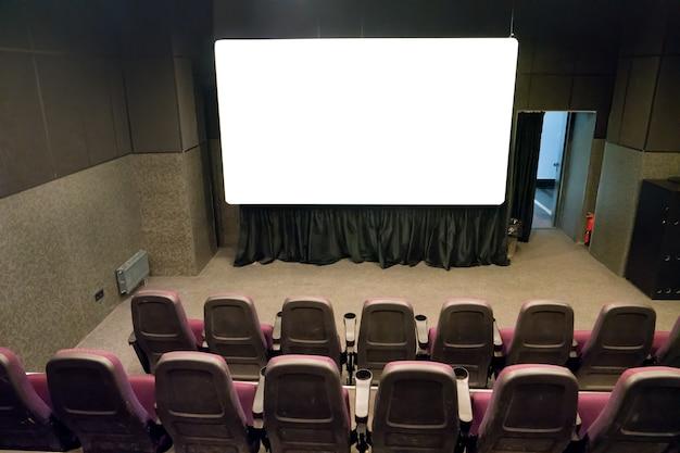 Пустая сцена в маленьком кинотеатре с белым изолированным экраном