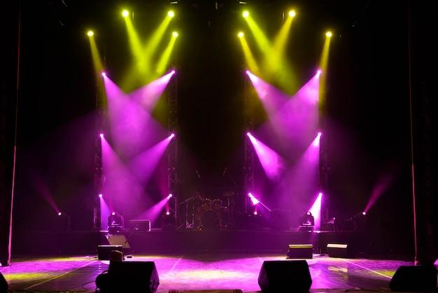 空のステージ色とりどりのライト、コンサートでのライトショー。