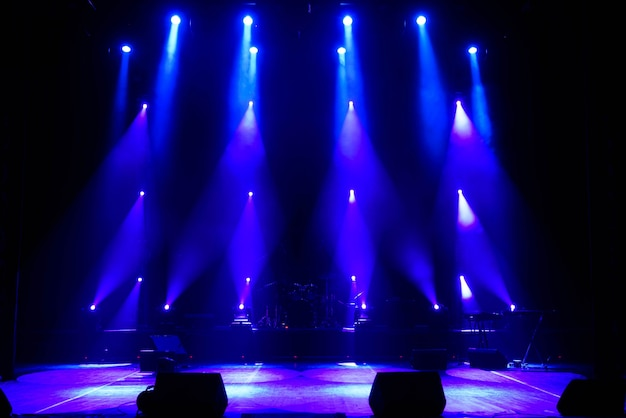 Пустая сцена. разноцветные огни, световое шоу на концерте.