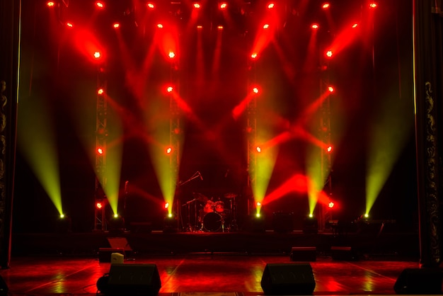 빈 무대. 여러 가지 빛깔의 조명, 콘서트에서 빛의 쇼.