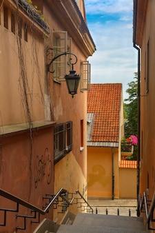 ポーランド、ワルシャワ、旧市街の空の階段通り