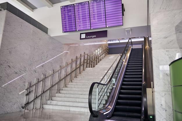 Пустая лестница и эскалатор в зоне ожидания