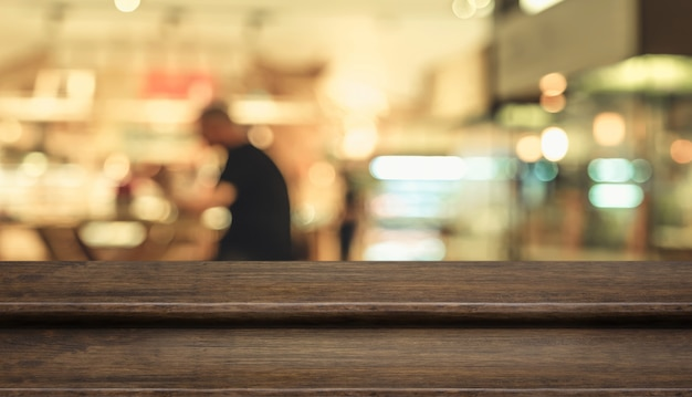 Пустая ступенька из темного дерева с размытыми столовыми в кафе-ресторане