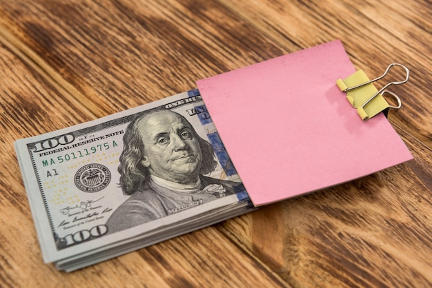 빈 스티커는 디자인에 대 한 달러 지폐에 메시지에 대 한 메모를 게시합니다. 절약 개념