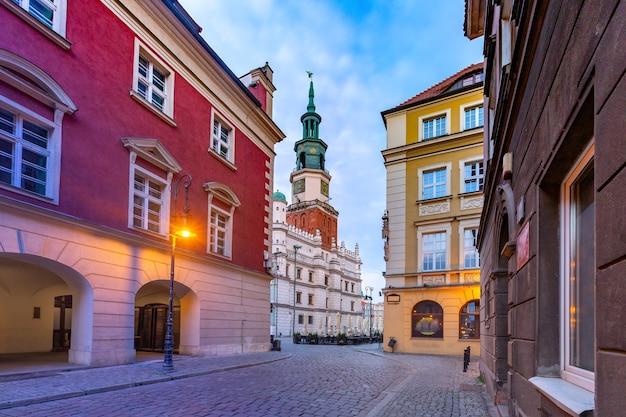 日の出、ポズナン、ポーランドの旧市街の空の通りとポズナン市庁舎