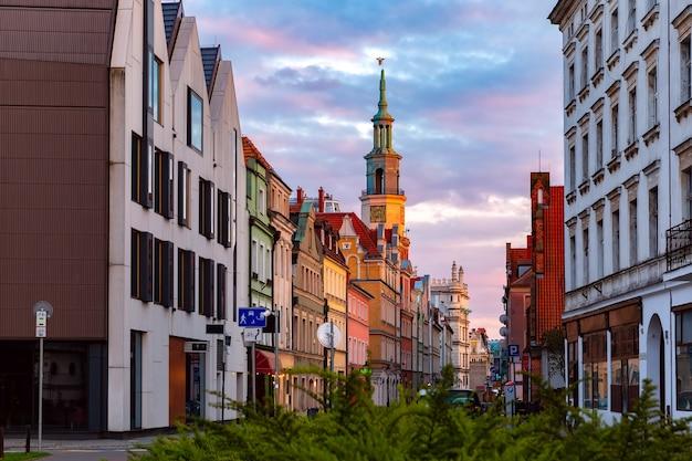 日没時の旧市街、ポズナン、ポーランドの空の通りとポズナン市庁舎
