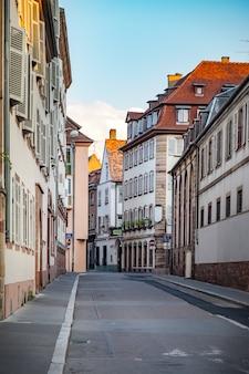 ヨーロッパの町の空の通り