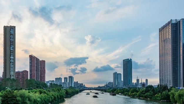 近代的な都市の空の街路