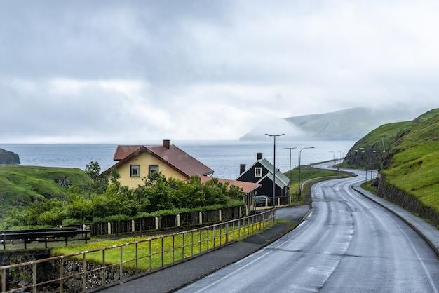 Strada vuota che collega due isole insieme al cielo nebbioso