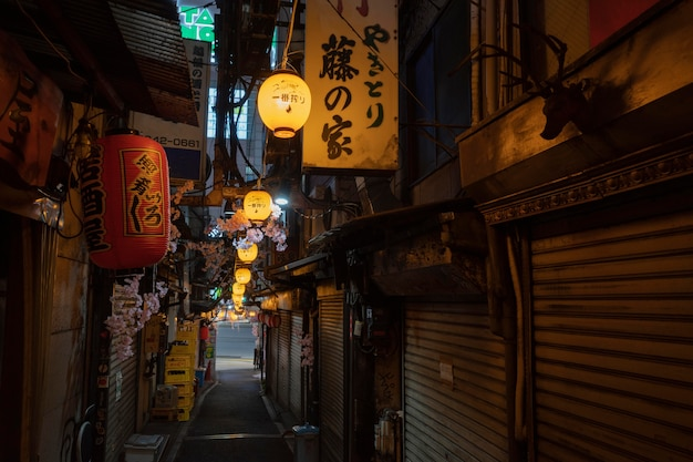Strada vuota alla vista urbana notturna