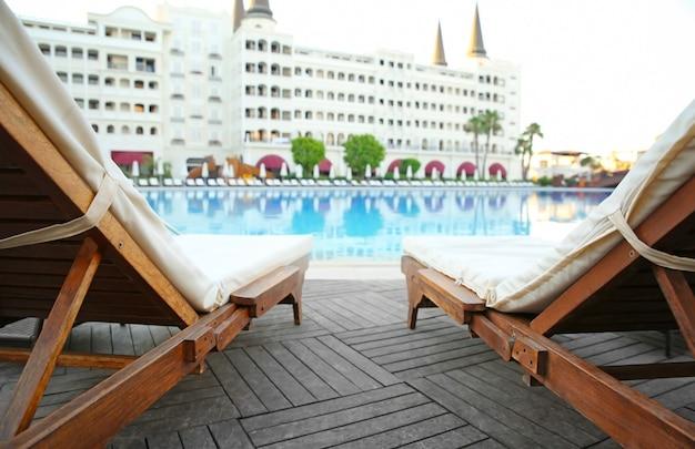 고급 호텔의 수영장 근처에 있는 빈 선베드