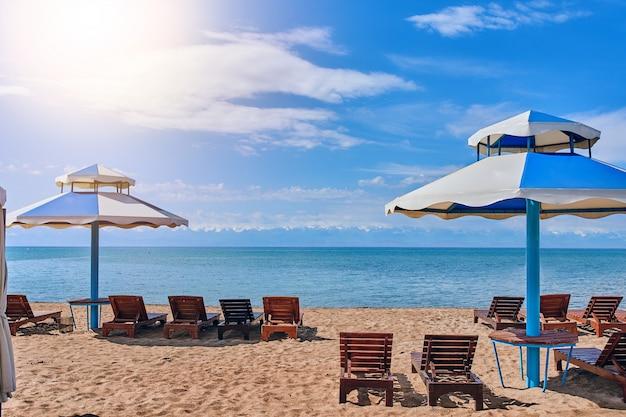 Пустые лежаки на пляже. стулья на пляже рядом с отелем, в праздничные дни.