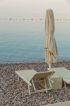 Пустые лежаки на пляже, начало туристического сезона, ждут отдыхающих на карантине.