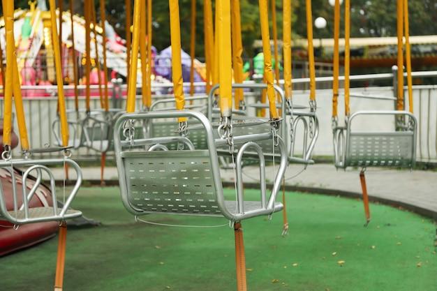 Пустые качели карусели в парке аттракционов