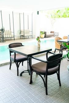 수영장 주변의 빈 테이블과 의자
