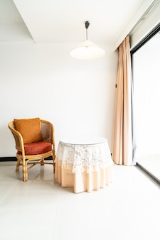 거실에 빈 테이블과 의자 장식